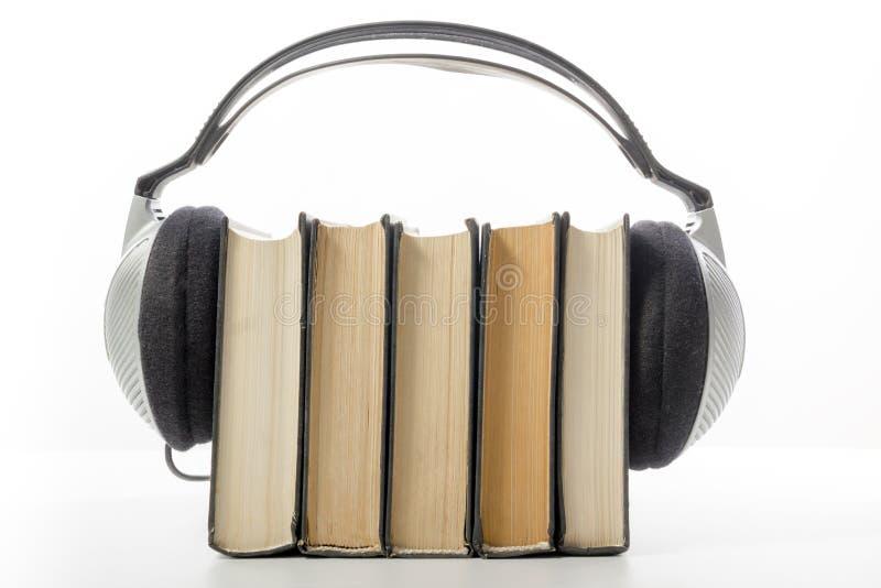 Pile de livre audio des livres de livre cartonné et du lecteur électronique Concept électronique de bibliothèque De nouveau à l'é image libre de droits