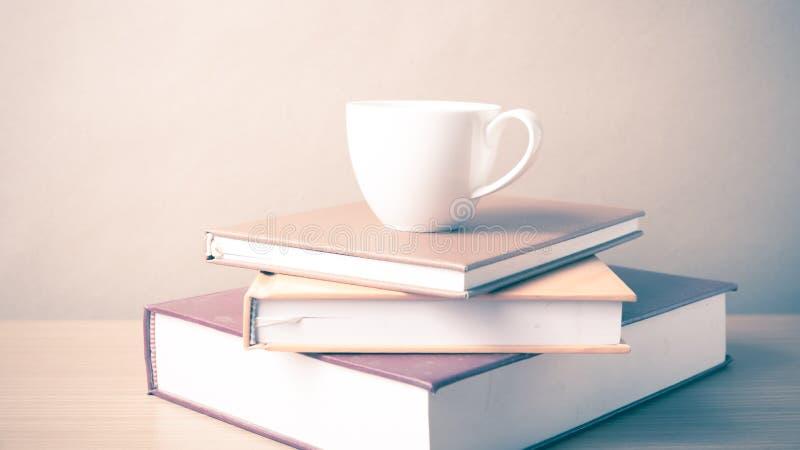 Download Pile De Livre Avec La Tasse De Café Image stock - Image du bois, livre: 56486911