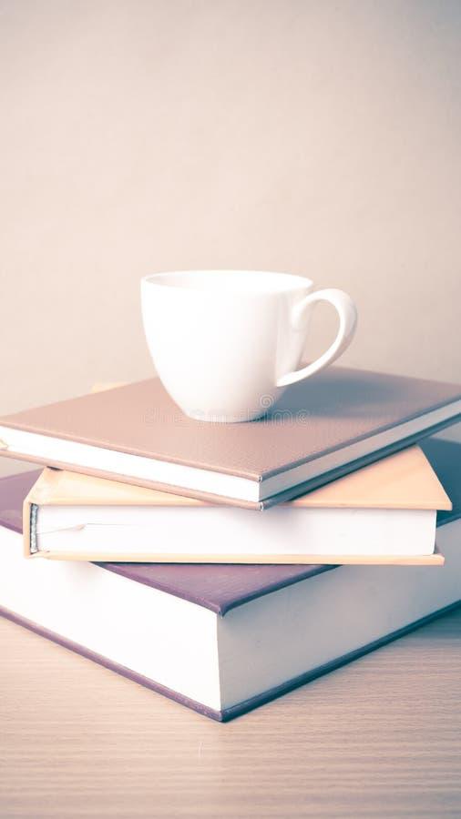 Download Pile De Livre Avec La Tasse De Café Photo stock - Image du jour, table: 56486998