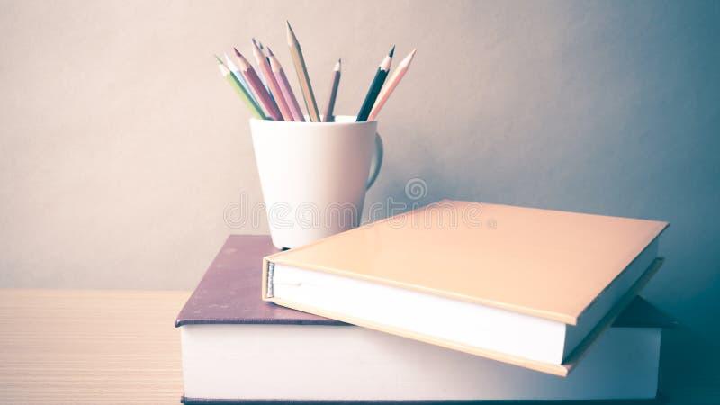 Download Pile De Livre Avec Le Crayon De Couleur Image stock - Image du sagesse, wooden: 56486711