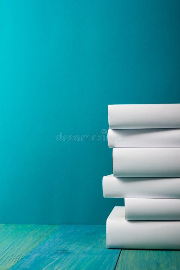 Pile de livres colorés, fond bleu sale, l'espace d'exemplaire gratuit images libres de droits