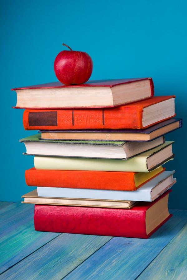 Pile de livres colorés, fond bleu sale, l'espace d'exemplaire gratuit images stock
