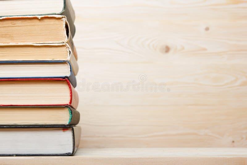 Pile de livres colorés sur la table en bois De nouveau à l'école Copiez l'espace photos libres de droits