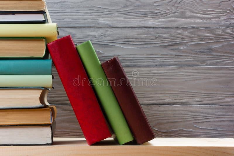 Pile de livres colorés sur la table en bois De nouveau à l'école Copiez l'espace images stock