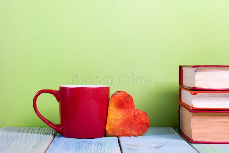 Pile de livres de livre cartonné, de journal intime sur la table en bois de plate-forme et de fond vert De nouveau à l'école Copi photographie stock libre de droits