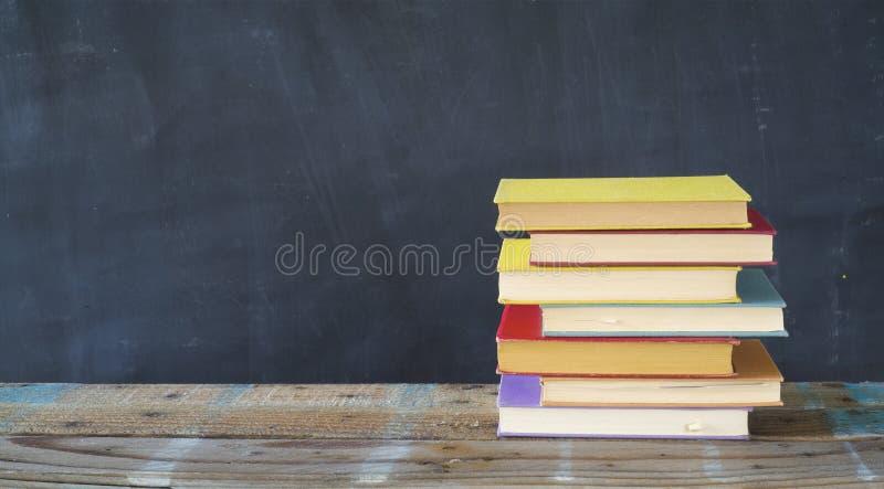Pile de livres de livre cartonn?, lecture, ?ducation, litt?rature, l'espace de copie photographie stock libre de droits