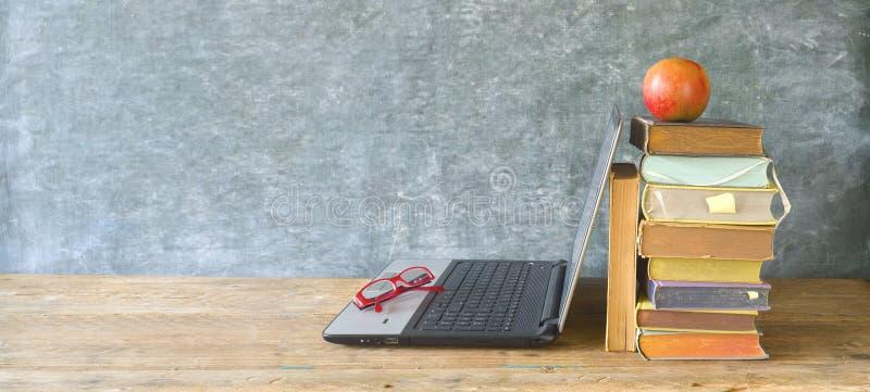 Pile de livres, un ordinateur portable et lunettes, apprenant, lecture, éducation, le grand espace de copie image libre de droits