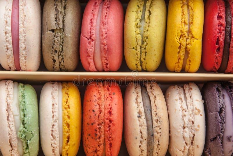 Pile de macarons colorés empilés dans la boîte pour le fond image libre de droits