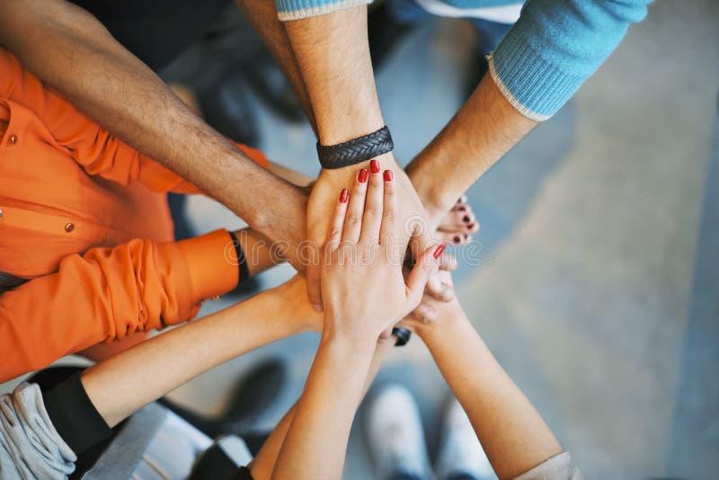 Pile de mains un symbole de travail d'équipe photos stock