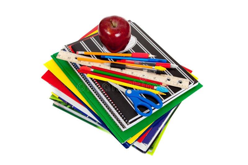 Pile de manuels avec des approvisionnements d'école sur le dessus photographie stock libre de droits
