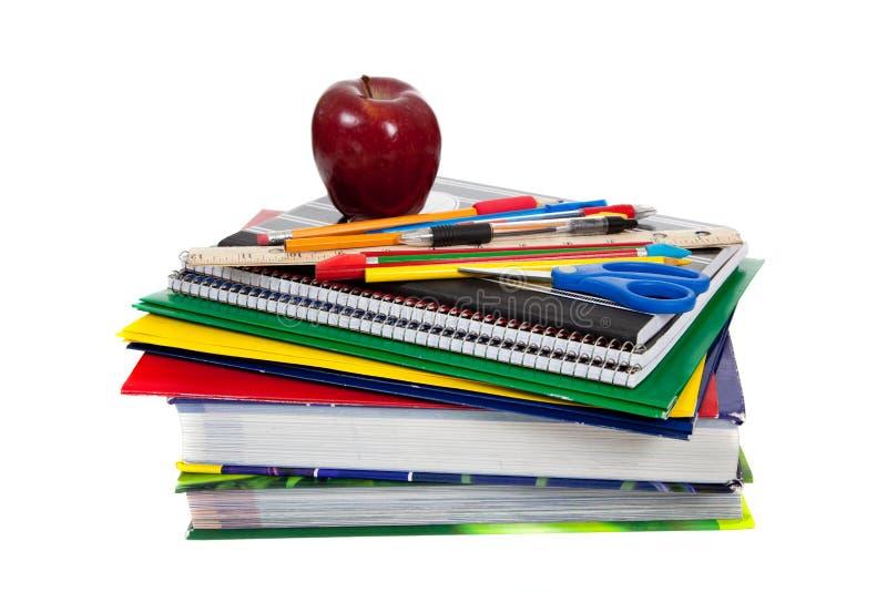 Pile de manuels avec des approvisionnements d'école sur le dessus image stock