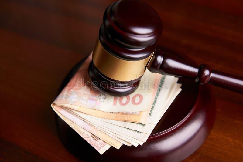 Pile de marteau et d'argent du ` s de maillet ou de commissaire-priseur de loi photo stock