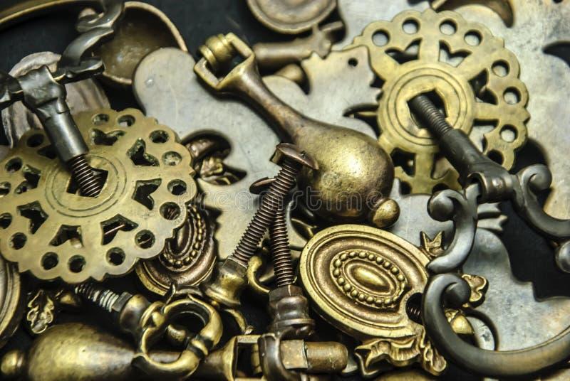 Pile de matériel en laiton antique assorti de raboteuse image libre de droits