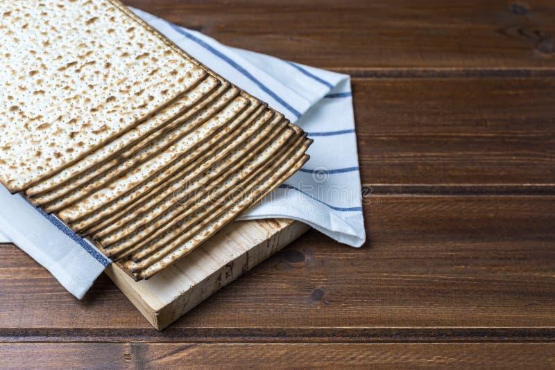 Pile de matzah ou de matza sur une table en bois images libres de droits