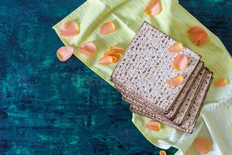 Pile de matzah ou de matza sur une table en bois photos libres de droits
