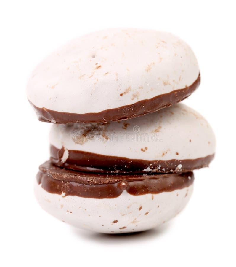 Pile de meringues de chocolat de forme de coeur. photographie stock