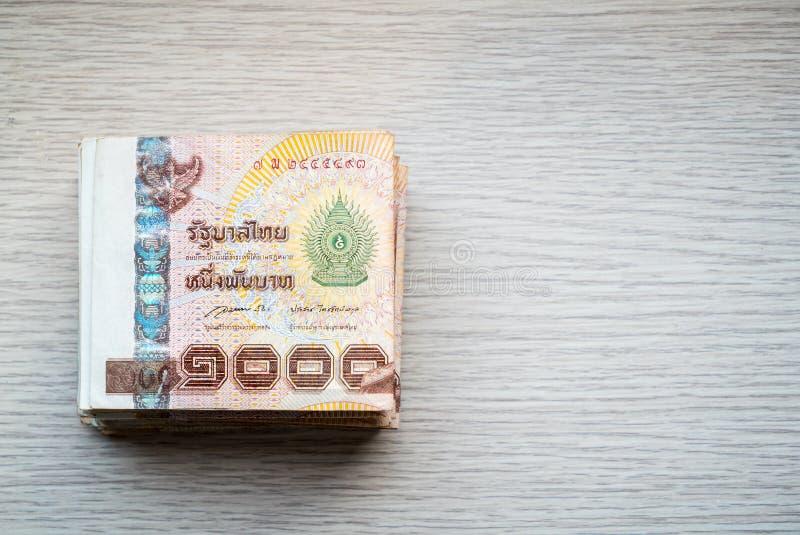 Pile de mille argents thaïlandais de bain sur la table en bois photo libre de droits