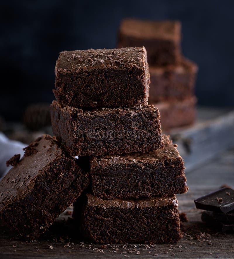 Pile de morceaux carrés de tarte brun cuit au four de 'brownie' photos libres de droits