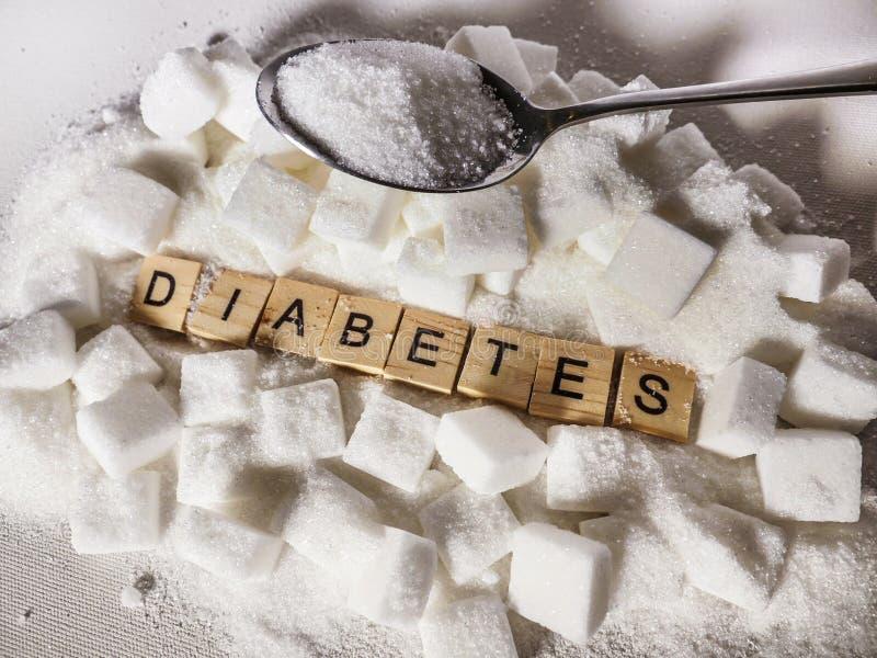 Pile de mot de cubes et de diabète en sucre dans les caractères gras comme donnent un avis sur l'excès de glucose et l'abus malsa image libre de droits