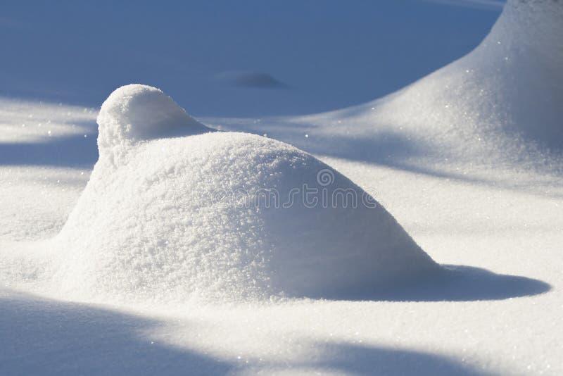 Pile de neige à la lumière du soleil lumineuse photo libre de droits