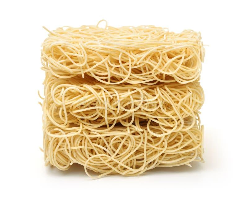 Pile de nouilles de ramen séchées non cuites images libres de droits