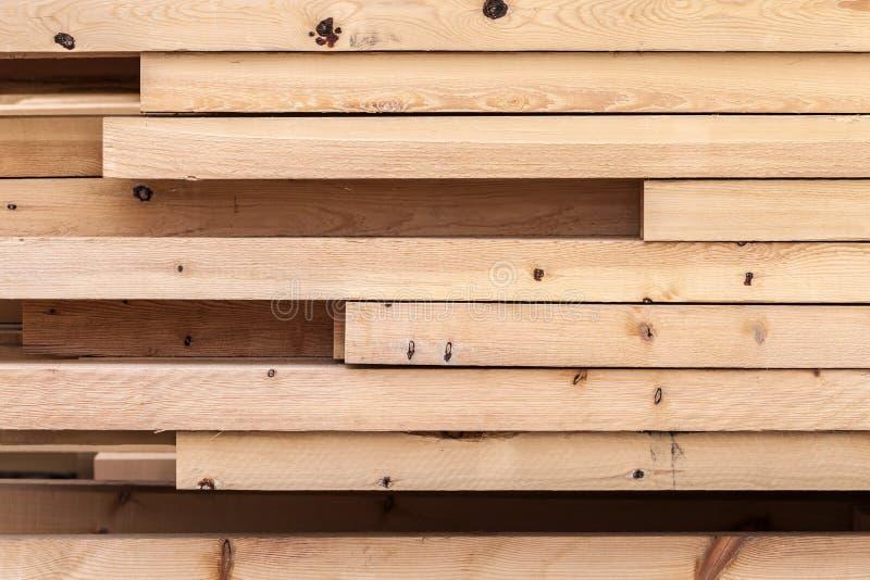 Pile de nouveaux conseils en bois sur un stockage photo libre de droits