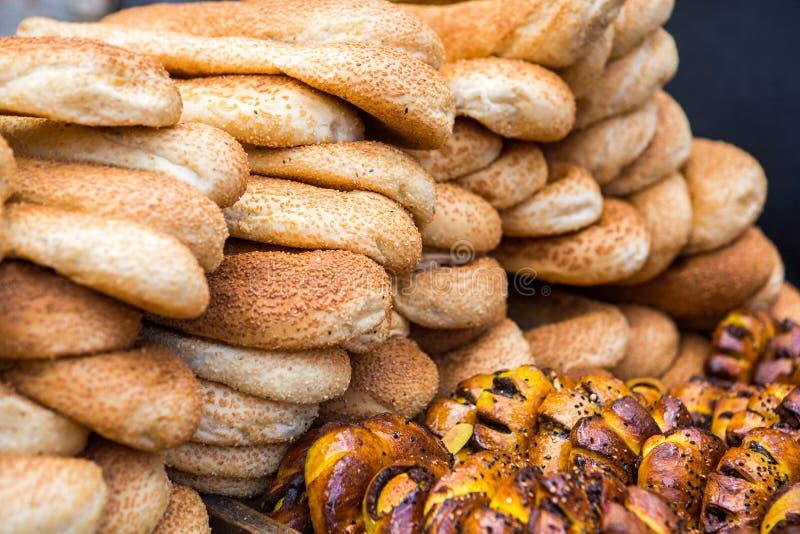 Pile de pain et de petits pains sur le chariot dans le Moyen-Orient image stock