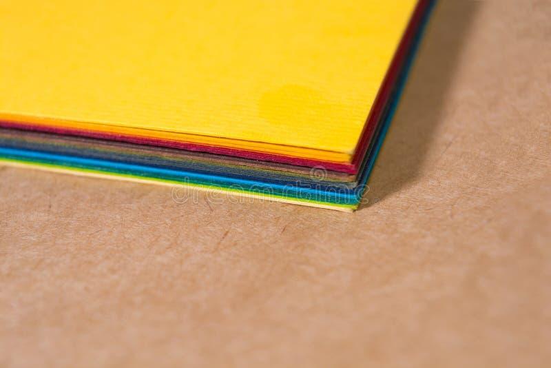Pile de papier color? Fond de flou Les coins des feuilles de plan rapproch? de papier De nouveau ? l'?cole Fond naturel lumineux photos libres de droits
