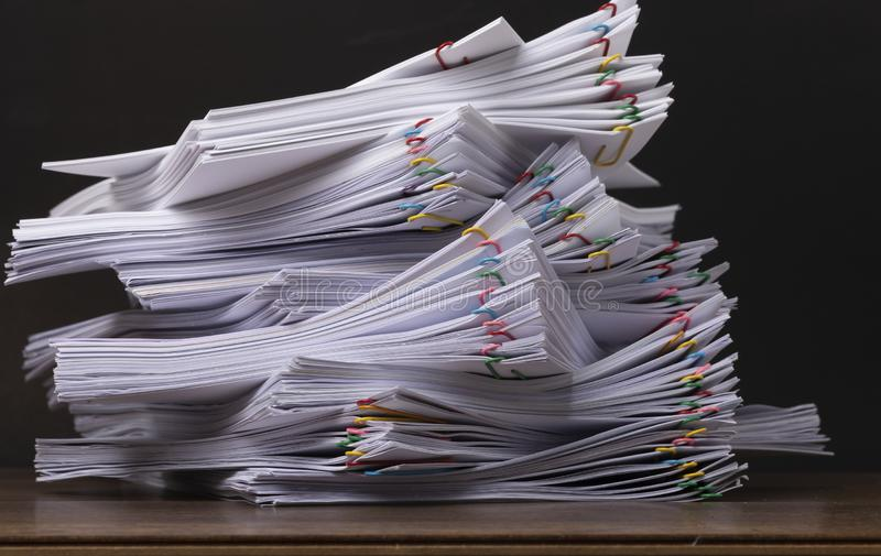 Pile de papier de document avec le trombone coloré photo libre de droits