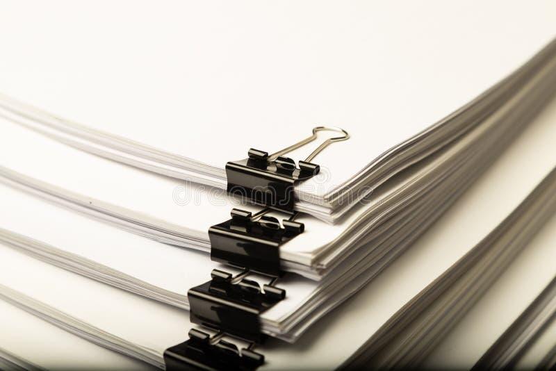 Pile de papier de document avec le trombone color? image libre de droits