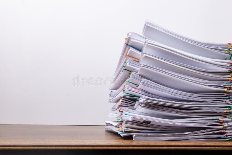 Pile de papier de document avec le trombone color? photo libre de droits