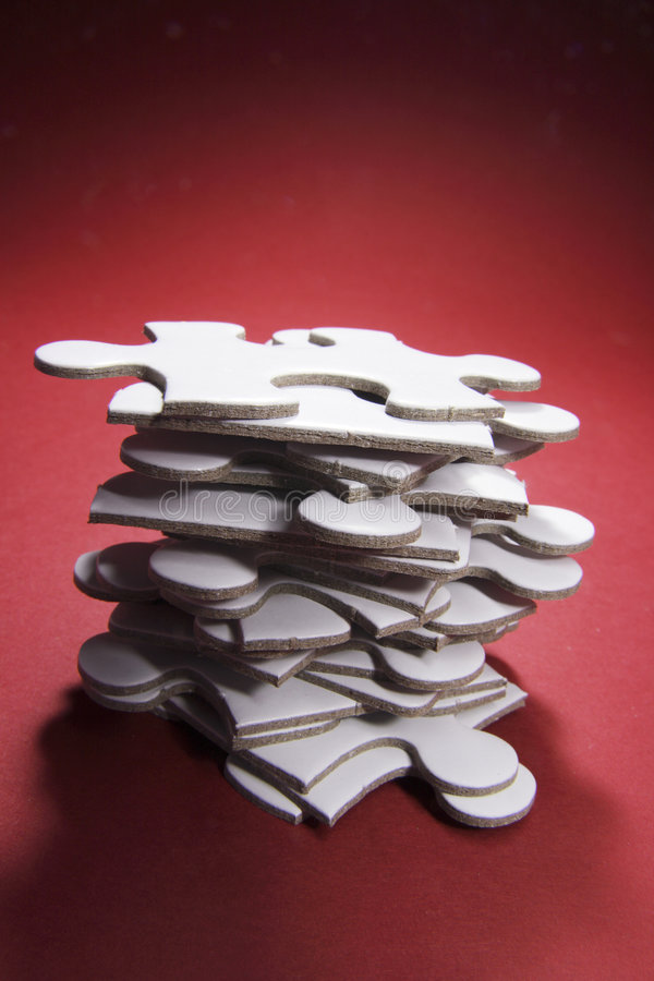 Pile de parties de puzzle denteux images stock