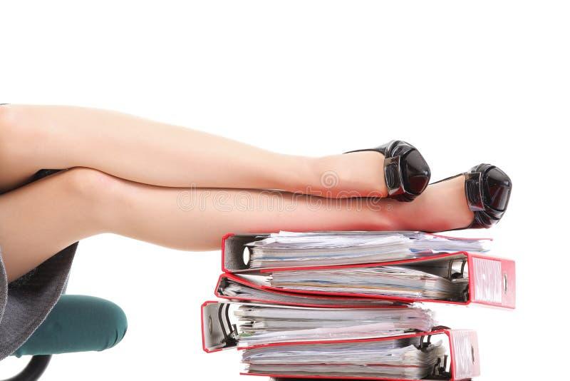 Pile de pattes de femme d'affaires de rupture de reast de cahiers image stock