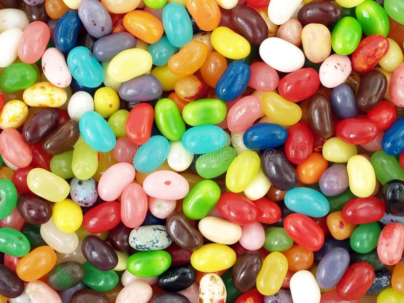 Pile de petite sucrerie ovale colorée douce, de couleur vibrante et de saveurs de variété de confiserie pour des enfants photos libres de droits