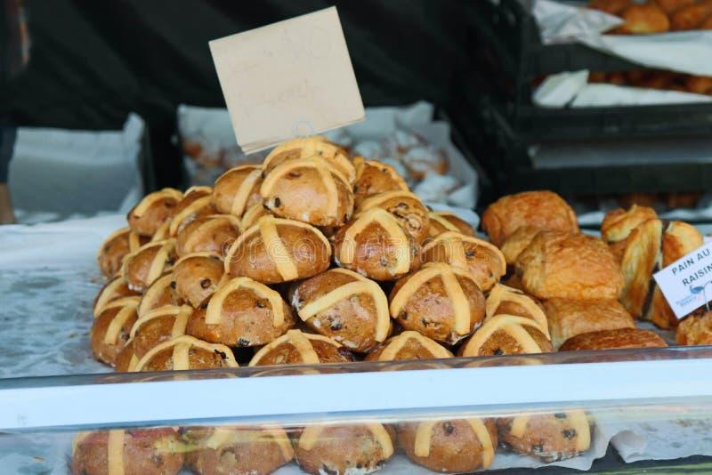 Pile de petits pains croisés chauds fraîchement cuits au four en vente photos stock