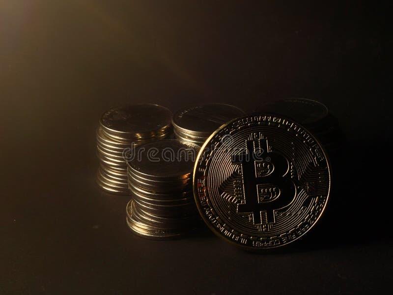 Pile de pièce de monnaie avec le bitcoin d'isolement photos stock