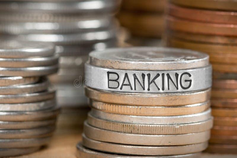 Pile de pièce de monnaie avec le concept d'opérations bancaires image libre de droits