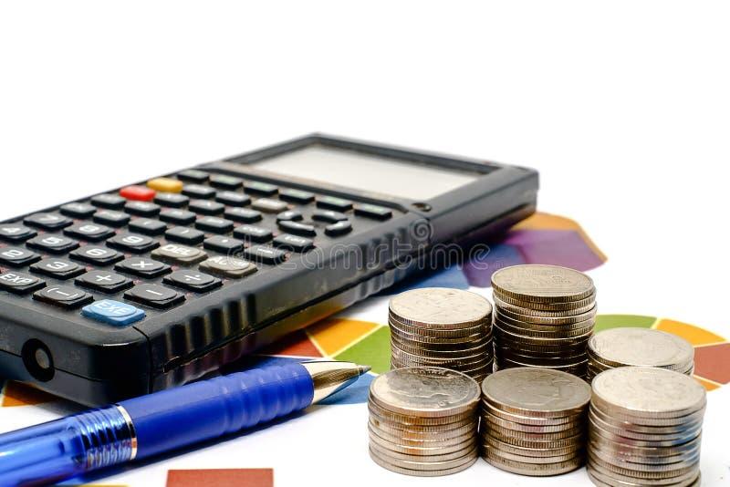 Pile de pièce de monnaie d'argent avec la calculatrice et de stylo sur le diagramme et le wh de données image stock