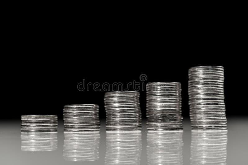 Pile de pièces en argent macro rangées des pièces de monnaie pour le concept de finances et d'opérations bancaires Échanges des m photographie stock