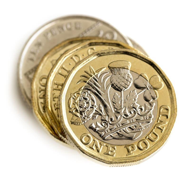 Pile de pièces de monnaie britanniques d'isolement sur la vue supérieure blanche photos libres de droits