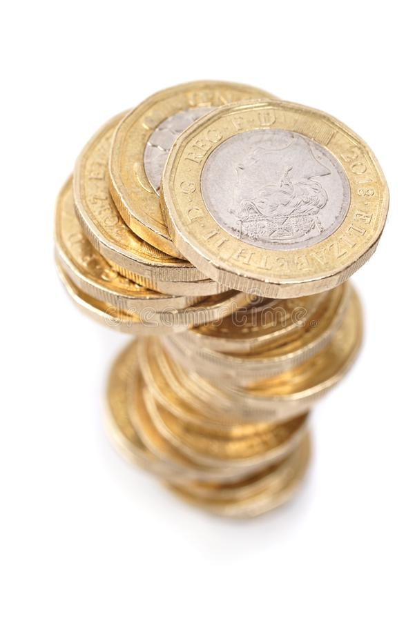Pile de pièces de monnaie de livre britannique sur le fond blanc photos stock
