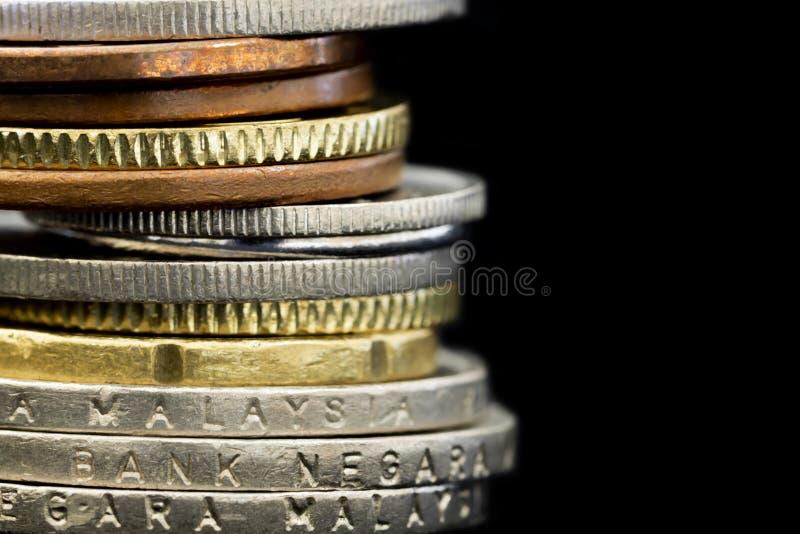 Pile de pièces de monnaie malaisiennes au-dessus de fond noir photo libre de droits