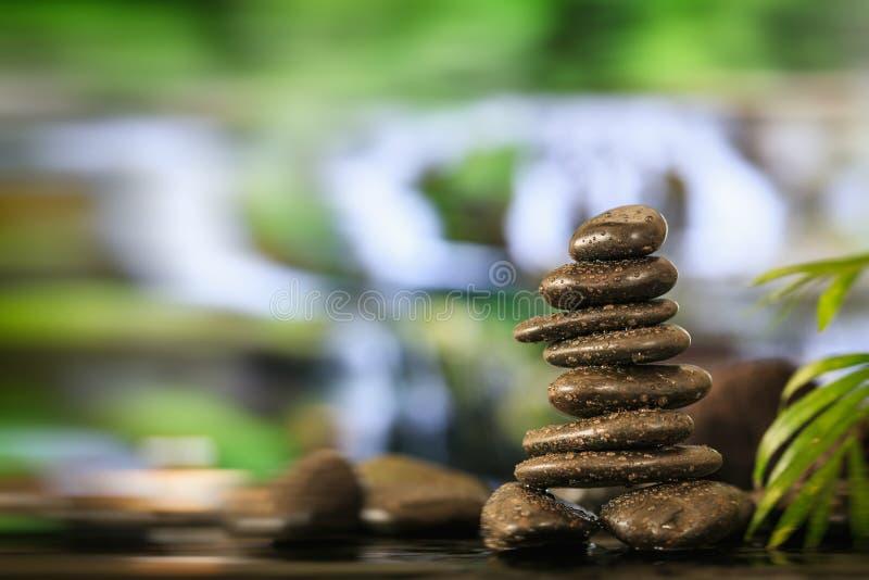 Pile de pierres de zen sur le fond abstrait images stock