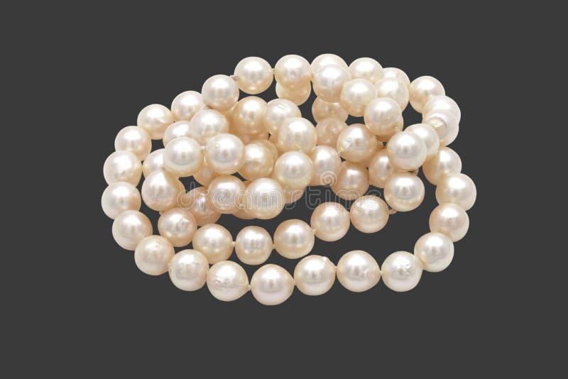 Pile de plan rapproché des perles sur Gray Background avec le chemin de coupure images stock