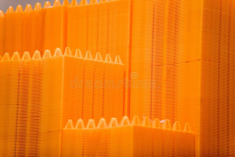 Pile de plateaux en plastique vides d'oeufs images libres de droits