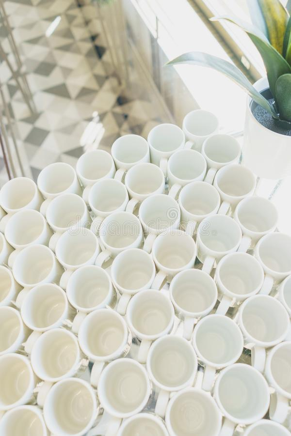 Pile de plats et de tasses propres de plats sur une table préparée par le service de approvisionnement pour l'événement images stock