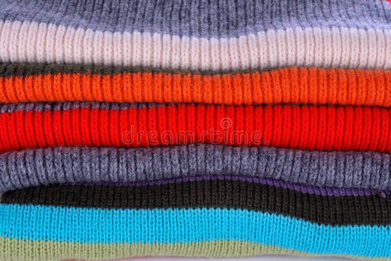 Pile de plusieurs pulls de couleurs image libre de droits