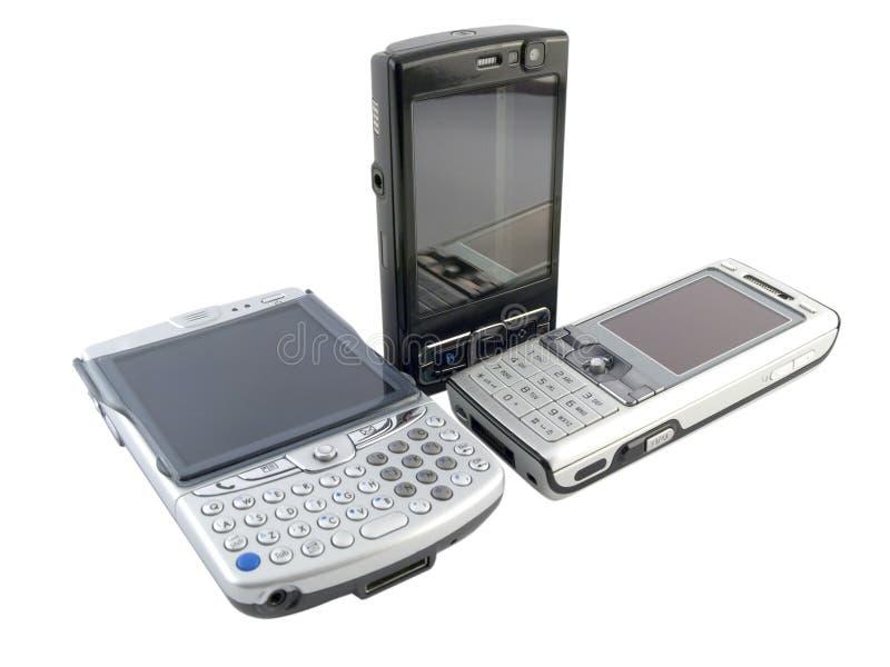 Pile de plusieurs téléphones portables modernes sur le blanc photographie stock