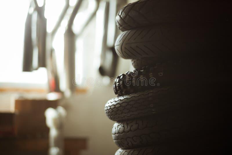 Pile de pneus de moto dans le garage photos stock