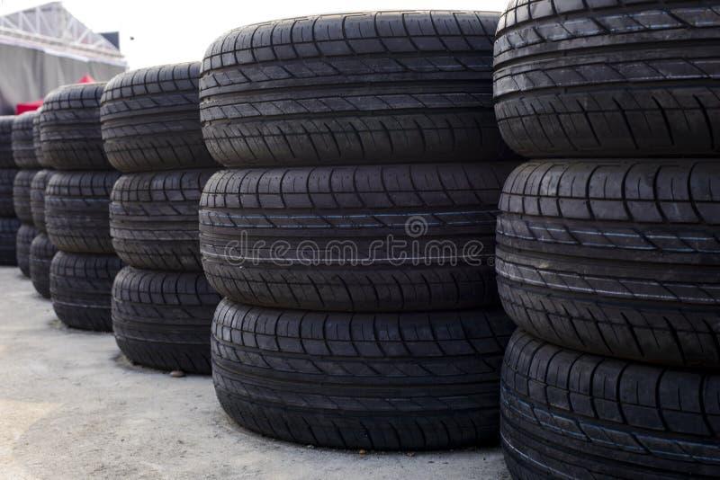 Pile de pneus de voiture sur le plancher image stock